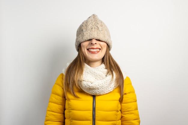 Giovane donna con un cappello sugli occhi