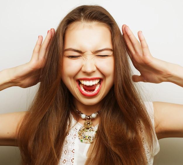 Giovane donna con mal di testa che tiene la testa Foto Premium