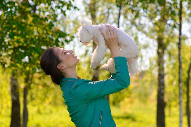 Giovane donna con il suo cane