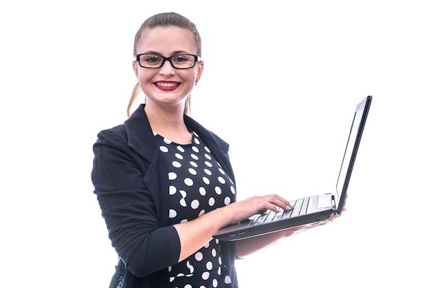 Giovane donna con il computer portatile isolato su bianco