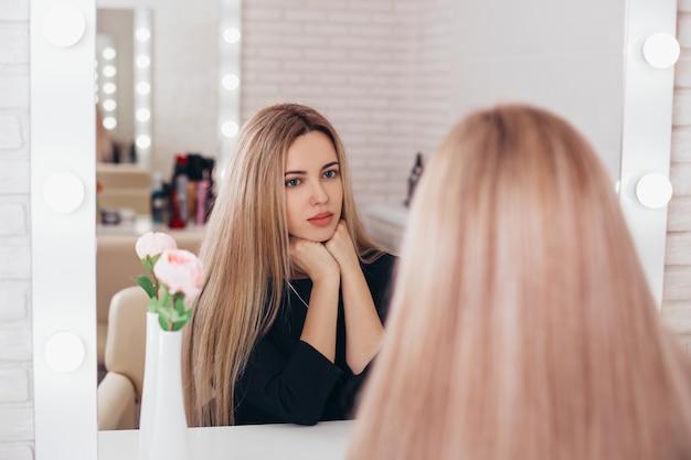 Giovane donna con lunghi capelli biondi