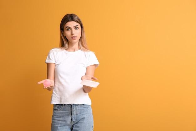 Giovane donna con tampone mestruale e tazza