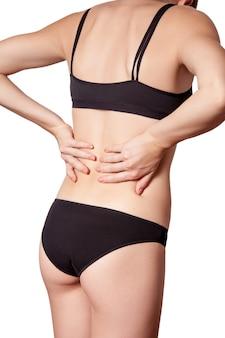 Giovane donna con dolore alla schiena su sfondo bianco
