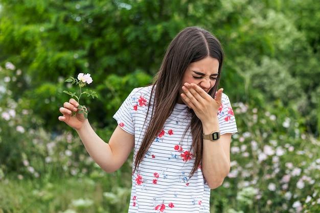 Giovane donna con allergie ai pollini e all'erba