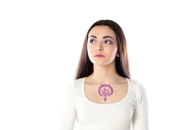 Giovane donna con trucco viola e con il concetto di attivismo femministico che attinge al suo corpo isolato