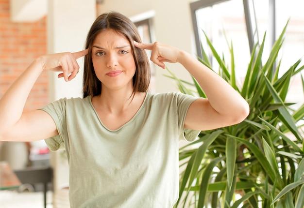 Giovane donna con uno sguardo serio e concentrato che fa brainstorming e pensa a un problema impegnativo