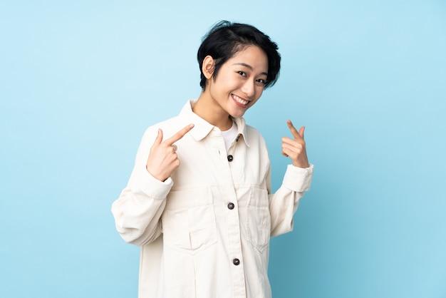 Giovane donna con i capelli corti sopra dando un pollice in alto gesto
