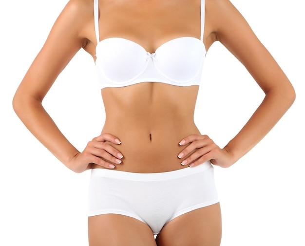 Giovane donna con un corpo sottile isolato su bianco