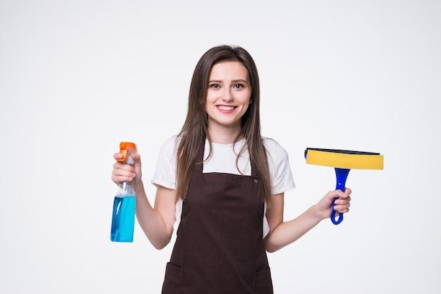 Giovane donna con spugna e spray. concetto di servizio di pulizia della casa.