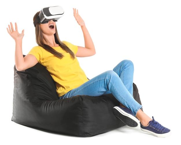 Giovane donna con occhiali per realtà virtuale