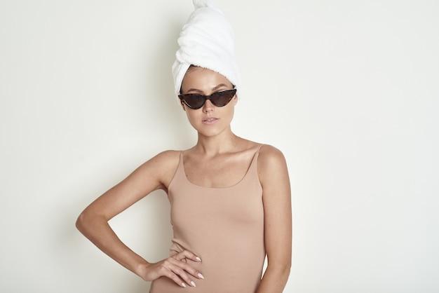 Giovane donna con un asciugamano bianco sulla testa