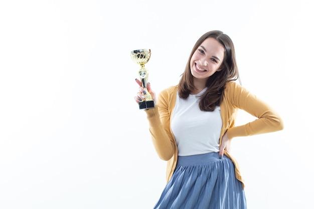 Giovane donna con una coppa vincente. ritratto emotivo
