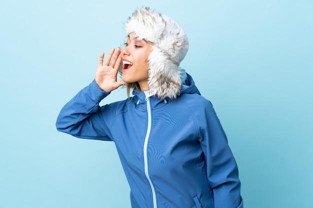 Giovane donna con il cappello di inverno sopra fondo isolato