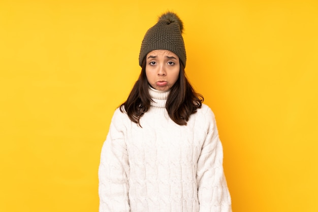 Giovane donna con cappello invernale isolato