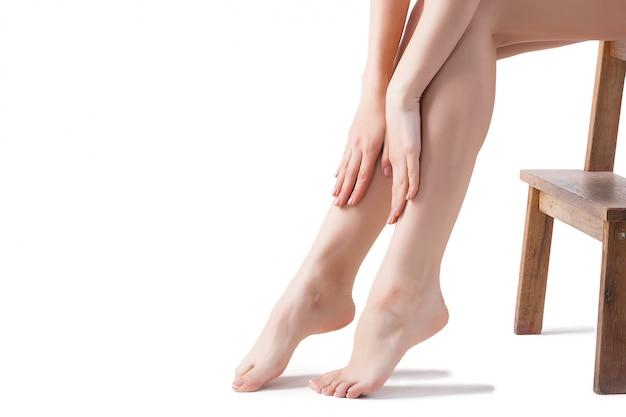 Colpo dello studio delle gambe del `s delle donne della giovane donna.