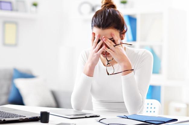 Giovane donna che lavora nel suo ufficio a casa