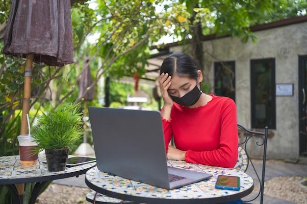Giovane donna che lavora al computer portatile
