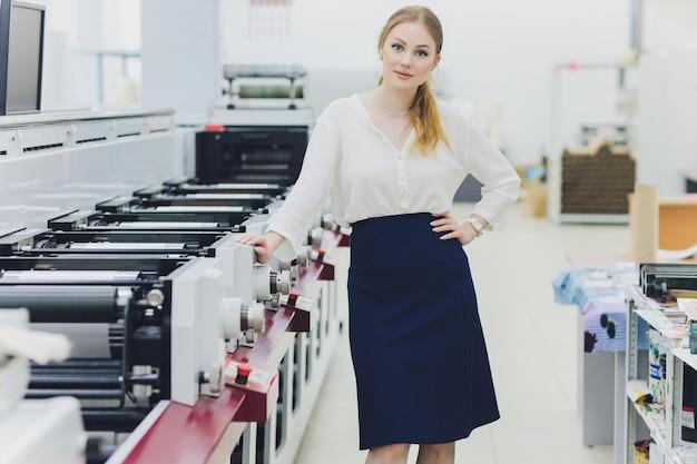 Giovane donna che lavora nella fabbrica di stampa. stampa.