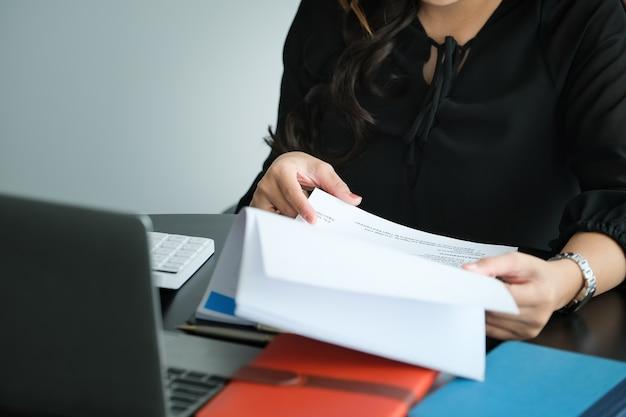 La giovane donna lavora e controlla il budget nella sua azienda