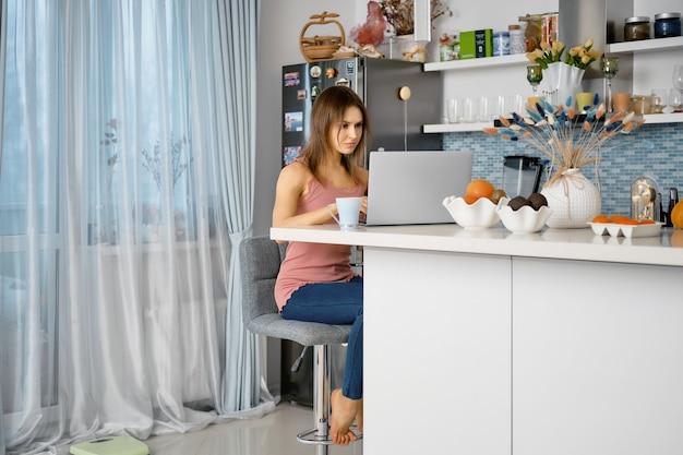 La giovane donna lavora a distanza da casa