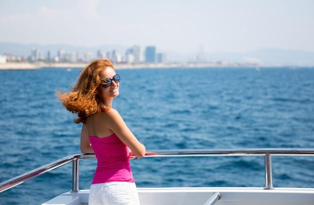Giovane donna su yacht