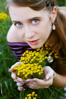 Giovane donna nel campo giallo
