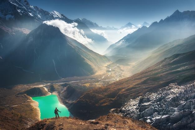 Giovane donna e bella valle di montagna