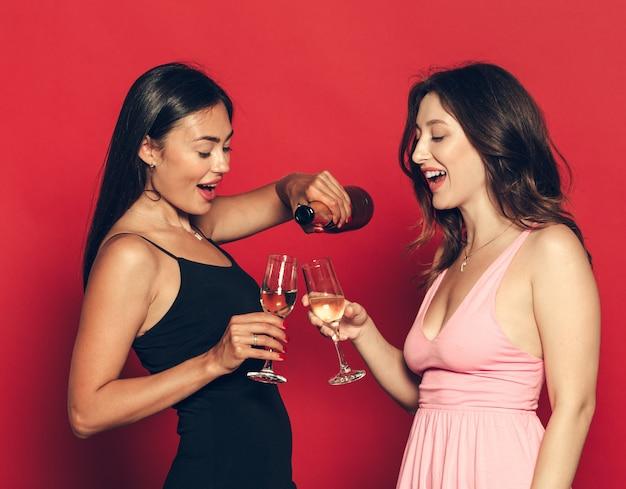 Giovani womans con bicchieri di champagne alla celebrazione Foto Premium