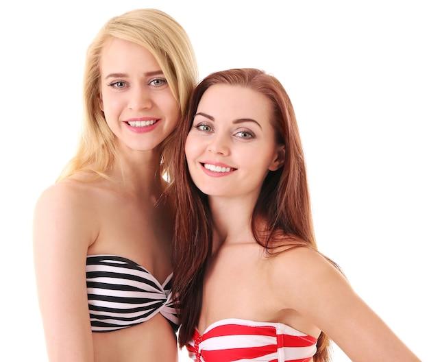 Giovani donne in costume da bagno isolato su bianco