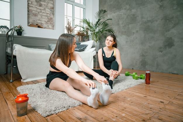 Le giovani donne praticano sport a casa, si allenano online