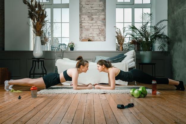 Le giovani donne fanno sport a casa