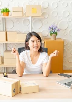Giovani donne felici dopo il nuovo ordine dal cliente, imprenditore a casa