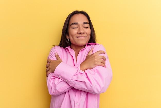 Le giovani donne hanno isolato gli abbracci, sorridenti spensierati e felici.