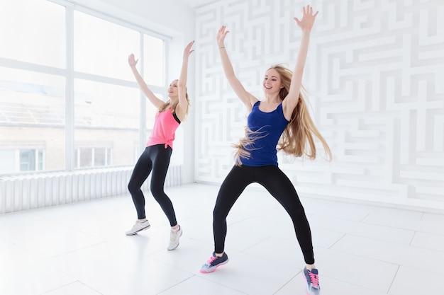 Giovani donne che eseguono una danza fitness