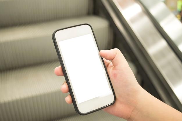 Le giovani donne usano le transazioni finanziarie mobili.