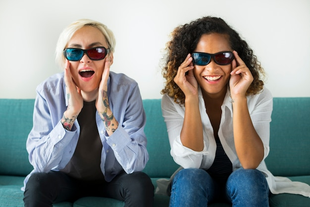 Giovani donne che guardano film tridimensionale