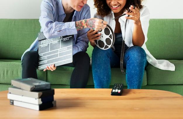 Giovani donne con film film reel