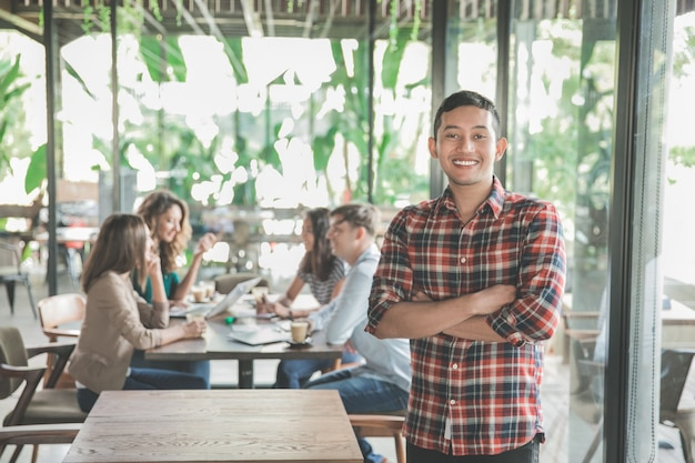 Giovane operaio riunito in un bar con il suo lavoro di squadra