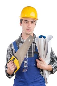 Giovane operaio con una sega a mano