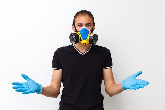 Giovane operaio con hard top rosso e maschera protettiva