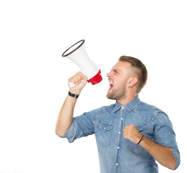 Youngman che grida tramite il megafono, isolato