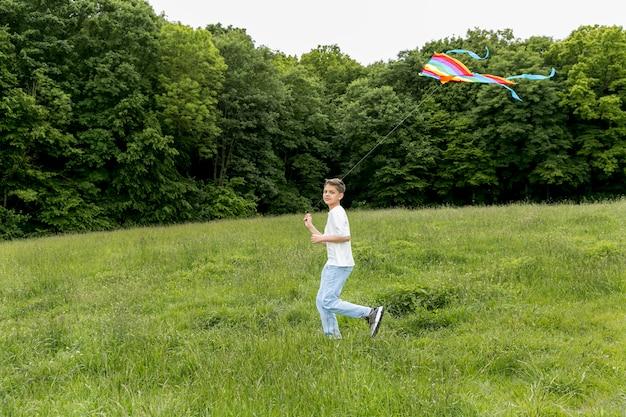 Giovanotto all'aperto che gioca nel parco