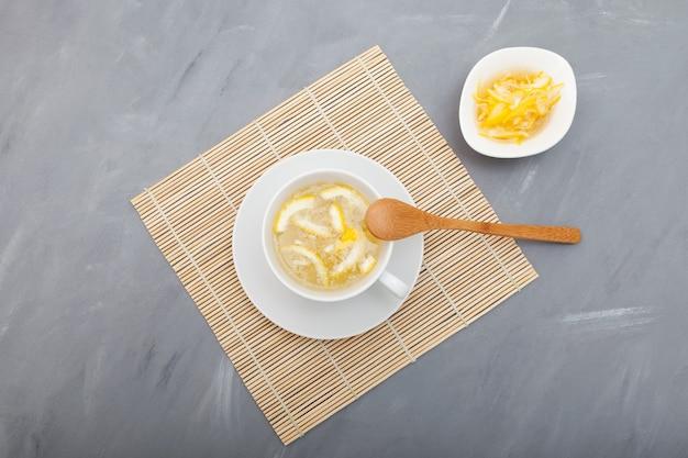 Lo yujacha (tè yuja o tè yuzu) è un popolare tè coreano per il supporto immunitario. messa a fuoco selettiva, copia dello spazio.