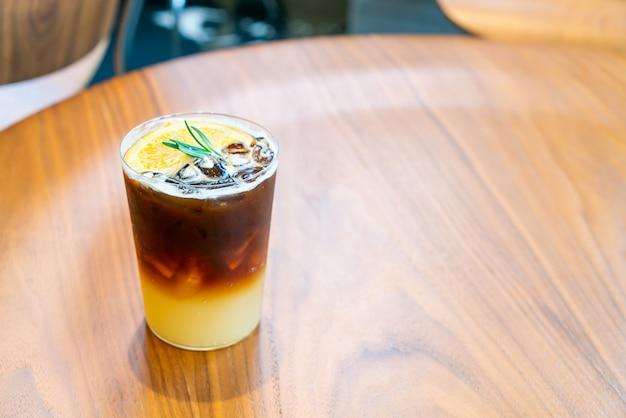Yuzu bicchiere di caffè arancione nel ristorante caffetteria caffetteria