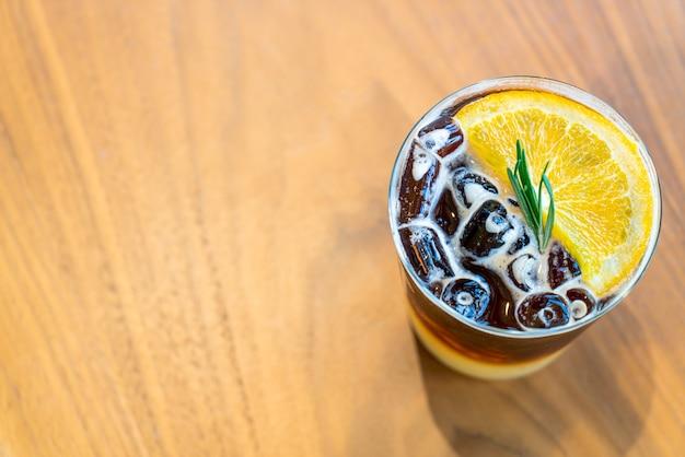 Bicchiere di caffè arancione yuzu nella caffetteria caffetteria ristorante