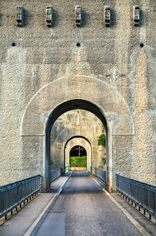 Ponte zaehringen attraverso il fiume sarine a friburgo, in svizzera