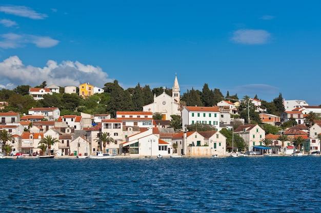 Zaton è una piccola città storica sulla costa adriatica in croazia Foto Premium