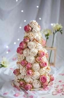 Zefir croquembouche con fiori di rosa. albero di festa di marshmallow