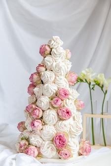 Zefir croquembouche con fiori di rosa