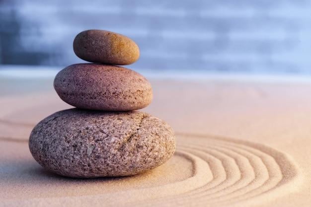 Pietre da giardino zen sulla sabbia con ornamento